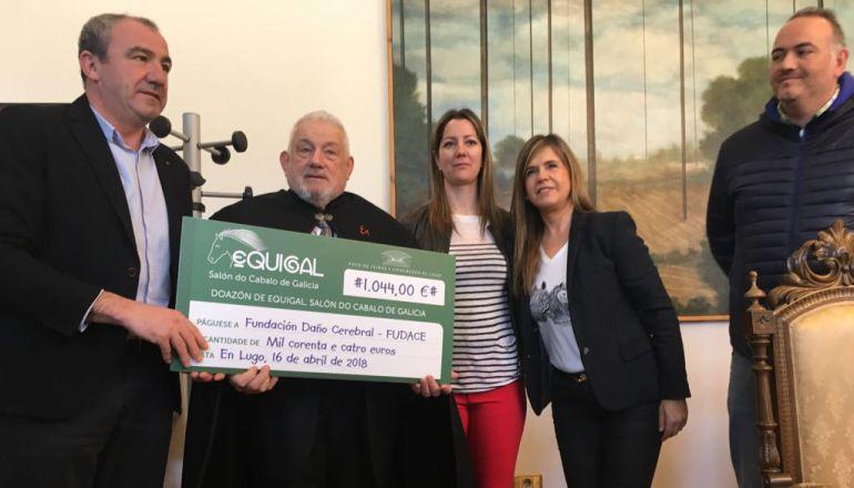 Entrega del cheque donado por Equigal a FUDACE