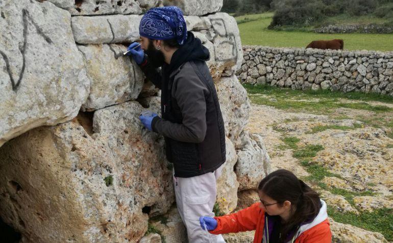Los técnicos creen que, con paciencia, se podrá eliminar la pintura de la Naveta sin dañar la piedra