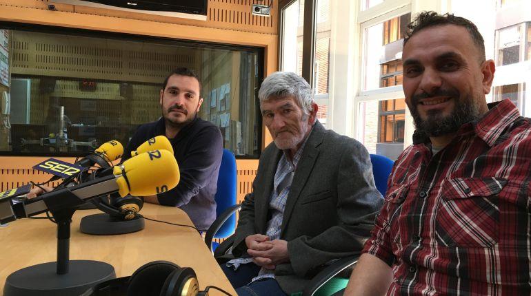 José David Martínez, de la Fundación RAIS, y Rafael Fernández, coordinador de 'Espacio Salud', acompañan a Pedro Torrente, usuario de dicho programa