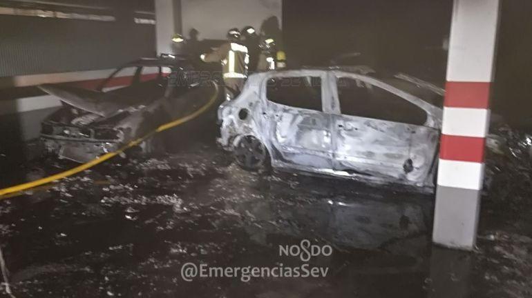 Un incendio en un garaje se salda con cuatro personas afectadas y dos coches calcinados
