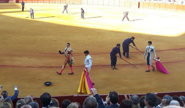 José María Manzanares en la vuelta al ruedo tras cortar las dos orejas al primer toro de su lote