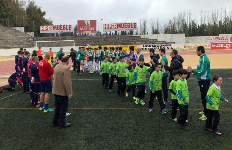 Los jugadores de ambos equipos hacen paseillo a los futbolistas del Benjamín C del Úbeda que han ganado la liga
