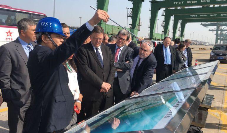 La delegación valenciana en China, encabezada por el president Ximo Puig, visita las instalaciones del puerto de Taijin