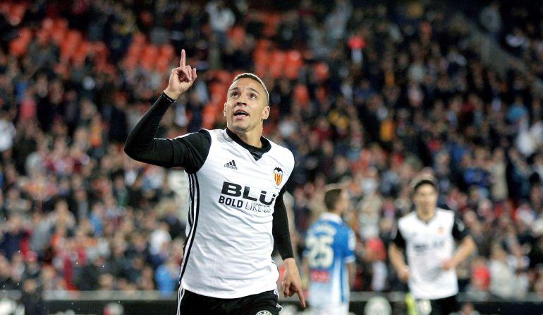 GRAF9319. VALENCIA, 08042018.- El delantero del Valencia CF, Rodrigo Moreno, celebra el primer gol de su equipo ante el RCD Espanyol durante el partido de La Liga correspondiente a la jornada 31ª jugado esta noche en el estadio de Mestalla. EFEManuel Bruque