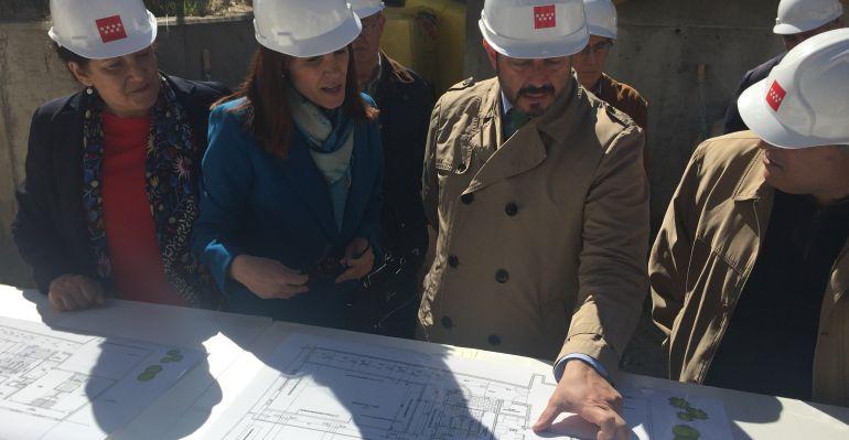 Pedro Rollán en la visita a las obras de la Casa de Niños de Navalafuente