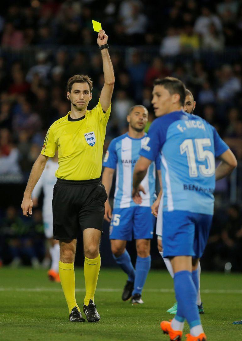 Ricca ve la tarjeta amarilla en el partido ante el Real Madrid