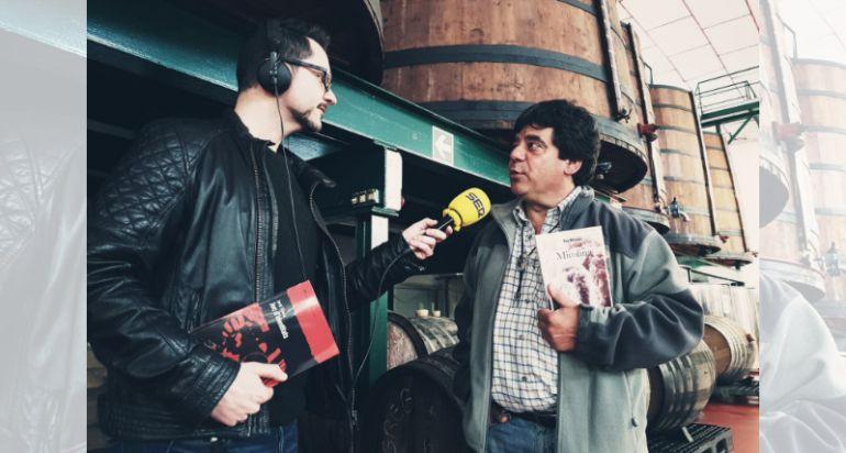 Jordi Cartaña entrevistant a Pep Macaya a Vermuts Miró