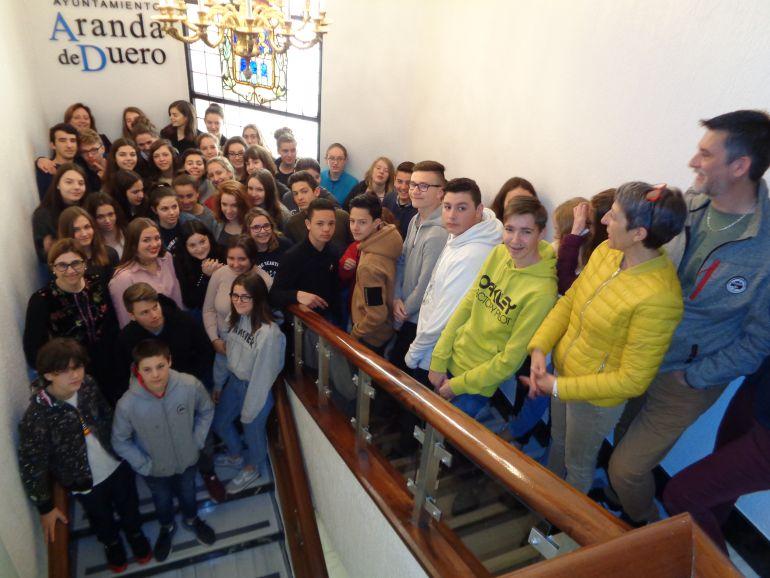 El grupo de estudiantes e Salon de Provence posa en las escaleras de la Casa Consistorial