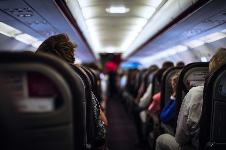 Interior de un avión comercial