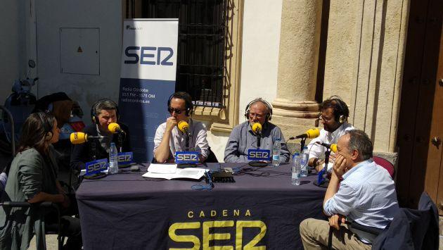El programa Córdoba Hoy por Hoy ha debatido sobre turismo en plena calle, junto a la Escuela Superior de Arte Dramático.