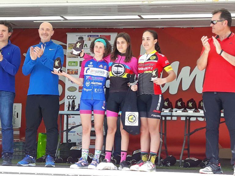 Carla Pérez, biker infantil, en el podio demostrando su progresión