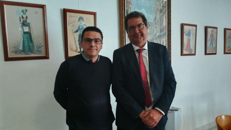 Pedro García, presidente de la Junta Central de Comparsas de Elda, junto al subdelegado del gobierno José Miguel Saval