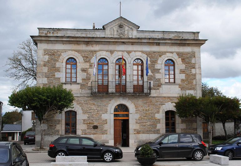 Casa consistorial de Outeiro de Rei, donde se ha producido un robo en un bar estanco