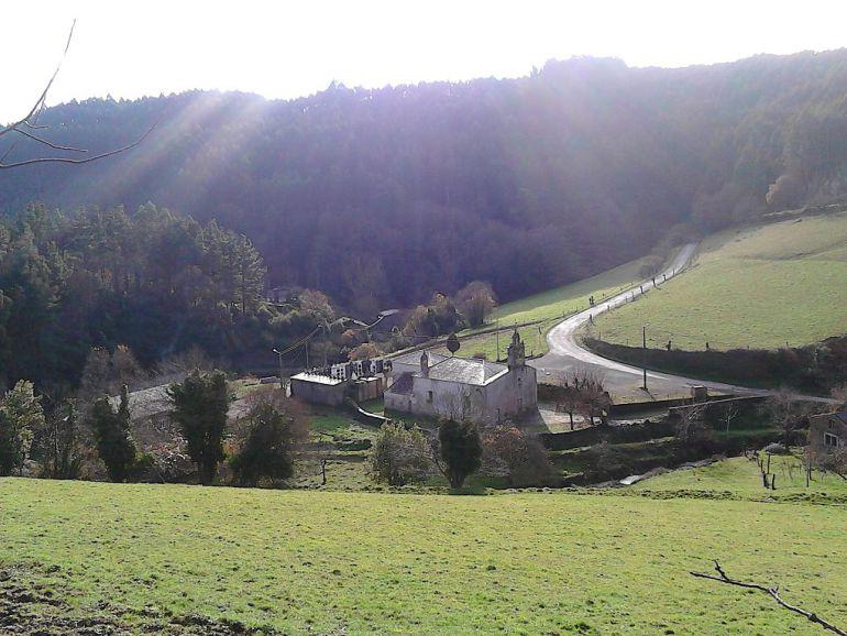 Imagen del entorno de la iglesia de San Xoán en Vilaformán (Trabada)