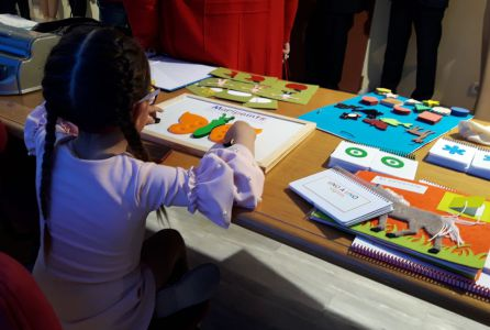 Una niña prueba el programa Braitico durante su presentación