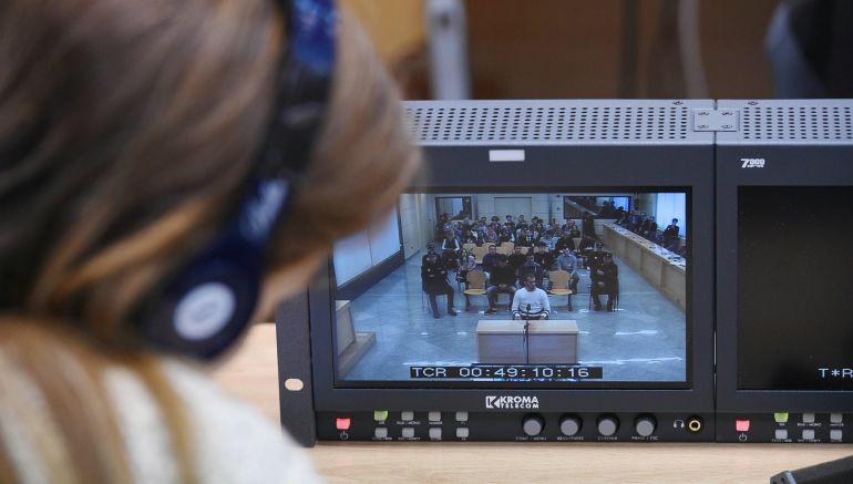 Una periodista sigue el juicio a través de un monitor de la sala de prensa de la Audiencia Nacional de San Fernando de Henares