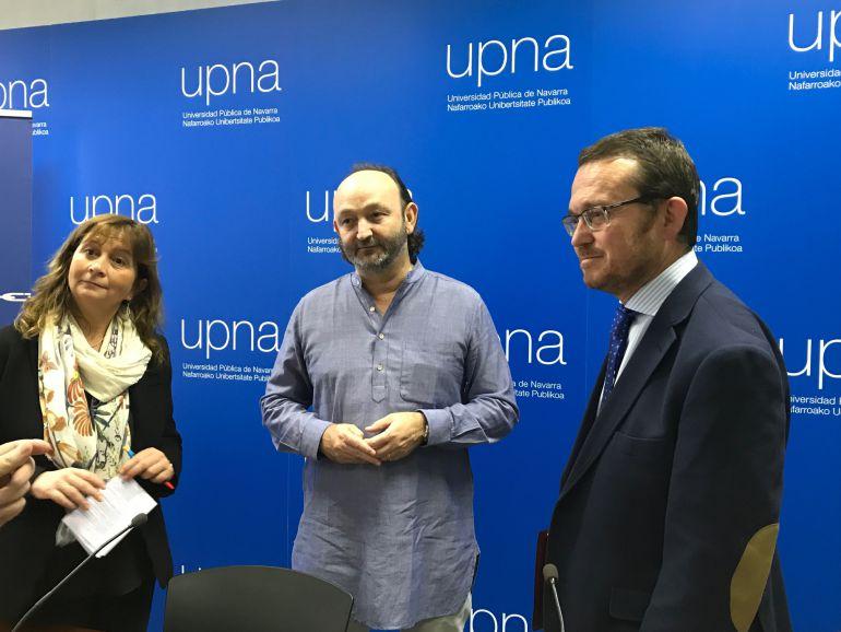 Moncho Ferrer, en el centro, junto a la secretaria general de la UPNA, Inés Olaizola y el secretario del jurado del premio, Alejandro Torres