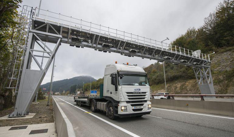 Vista de uno de los arcos de la N-1 que identifica a los camiones que atraviesan Gipuzkoa para el cobro de los peajes exclusivos para transportistas.