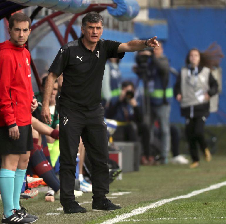 Mendilibar dando instrucciones ante el Deportivo Alavés