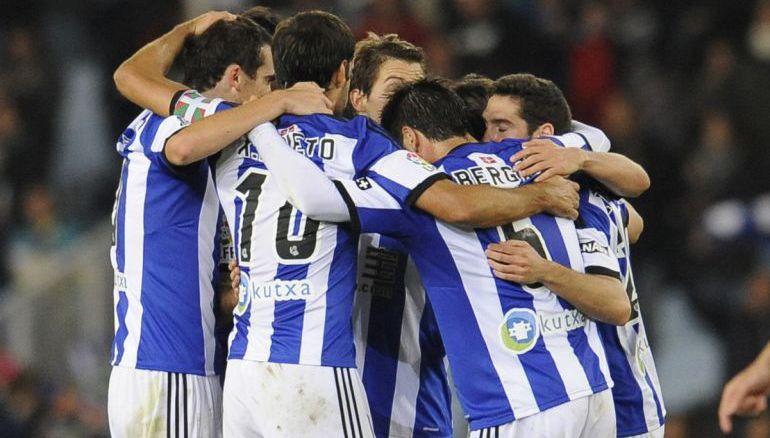 Los jugadores de la Real celebran el triunfo contra el Atlético de Madrid