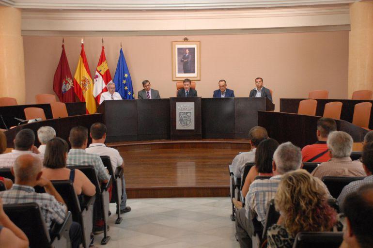 Alcaldes presentes en la jornada explicativa sobre el reparto de tributos en la Diputación.
