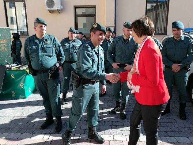 El sargento primero Santos saluda a la Subdelgada del Gobierno Pilar Sanz