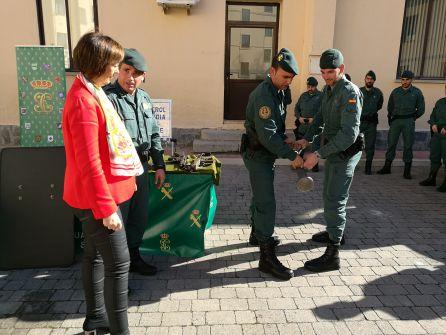 La subdelegada Pilar Sanz observa la demostración de una operación de los agentes de la nueva unidad