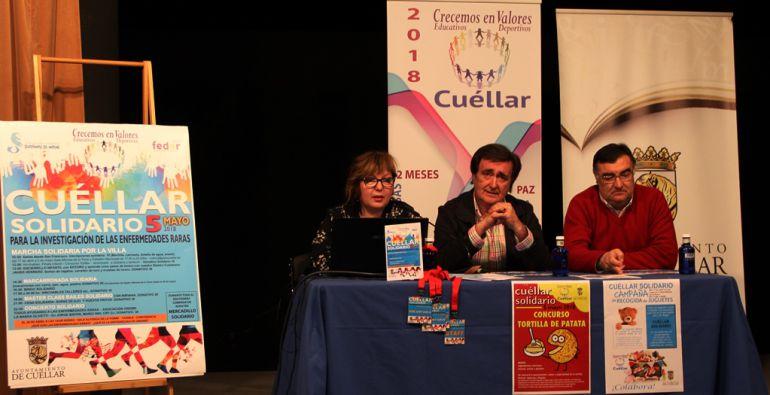 La concejal de Cultura, Sonia Martín; el alcalde de Cuéllar, Jesús García; y el concejal de Deportes, Luis Senovilla, explican el programa de actividades para 'Cuéllar Solidario' el 5 de mayo.