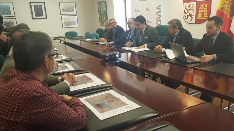 El consejero de Fomento y Medio Ambiente, Juan Carlos Suárez Quiñones, presentando las guías ante el riesgo de inundaciones.