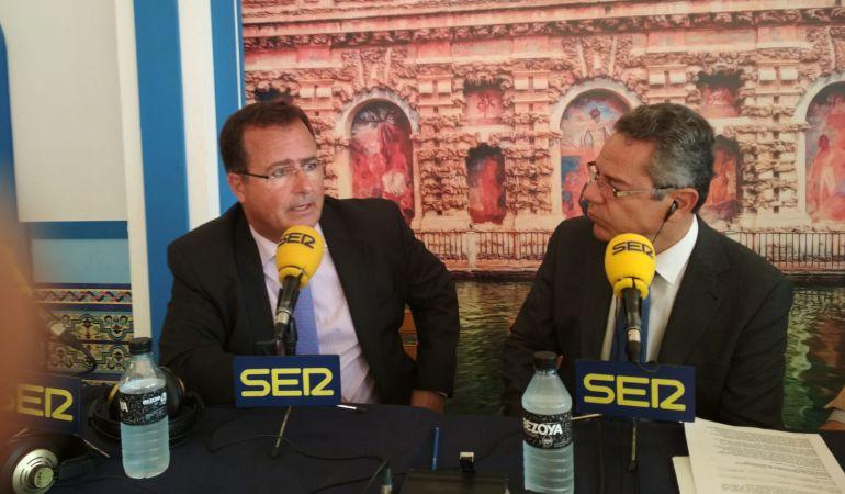 El delegado municipal de Fiestas Mayores, Juan Carlos Cabrera, a la izquierda de la imagen, responde a las preguntas de Salomón Hachuel