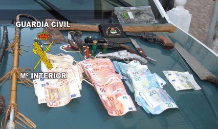 Tambien se han incautado varias armas blancas y otras simuladas, así com dinero en metálico