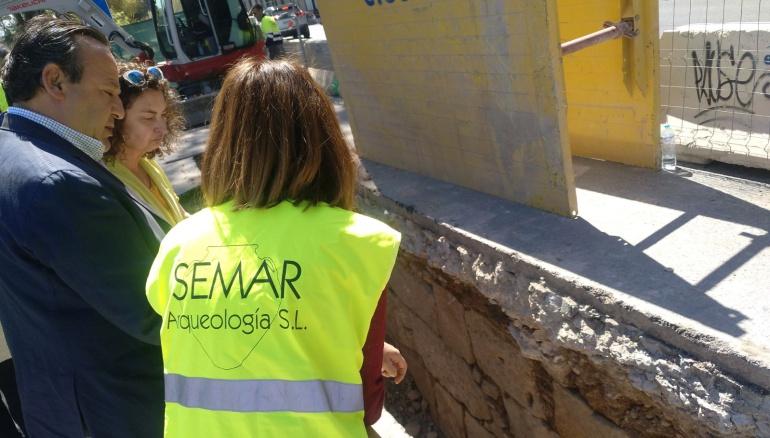 El concejal de Urbanismo, Vicent Sarrià, frente a los restos de la muralla