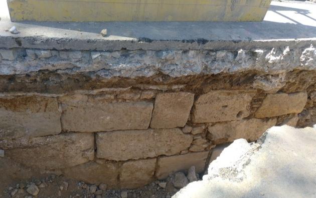 Imagen de los restos de la puerta que se ha encontrado cerca del puente de la Trinidad