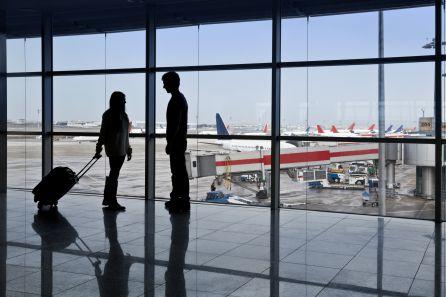 Una pareja se despide en el aeropuerto