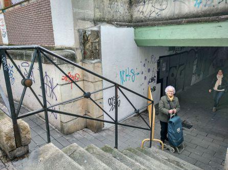 Marcela cruza el paso subterráneo de Pilarica justo antes del cierre