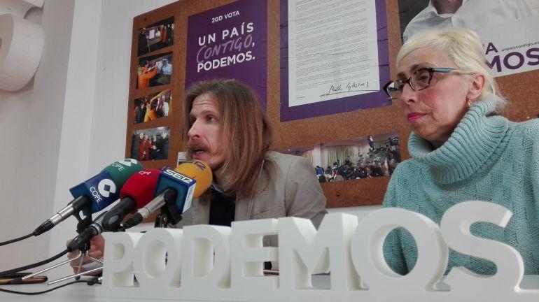 El secretario general de Podemos en Castilla y León, Pablo Fernández, junto a la procuradora zamorana, Maria Josefa Rodríguez Tobal