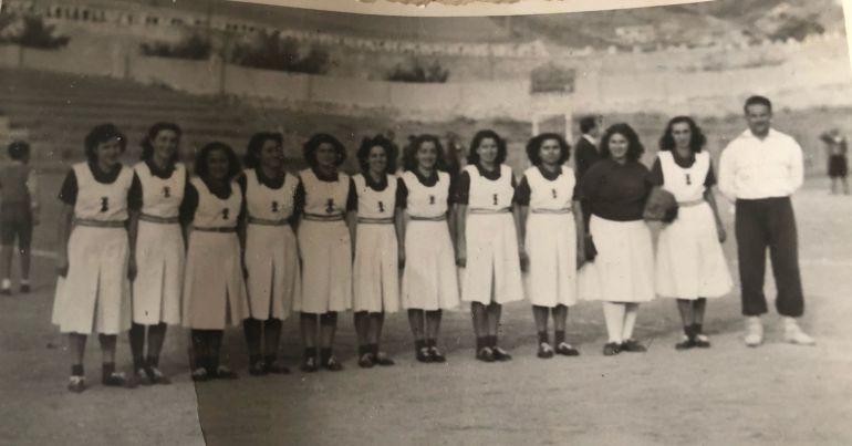 Matilde, quinta por la izquierda