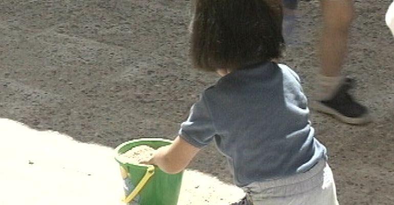 Niña jugando en una escuela infantil