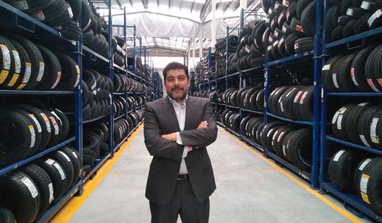 El director general de Tiresur, Francisco García, posa en las nuevas instalaciones.