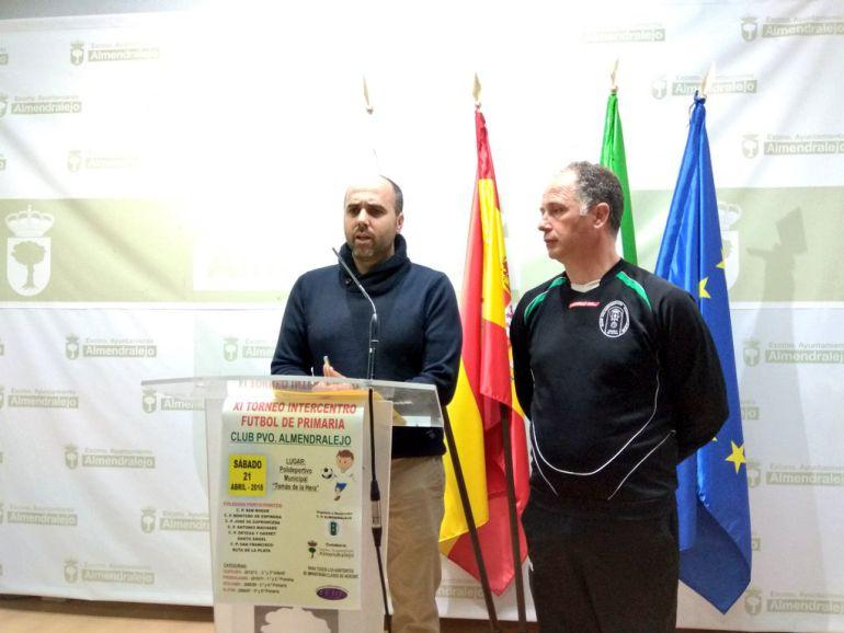 Concejal de deportes José Mª Cabañas y el representante del C.P. Almendralejo, Cisqui dan detalles de la convivencia