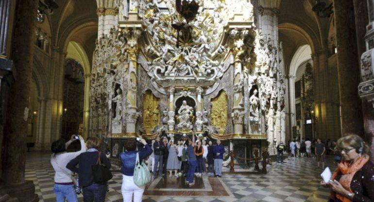 Turistas en el interior de la Catedral de Toledo