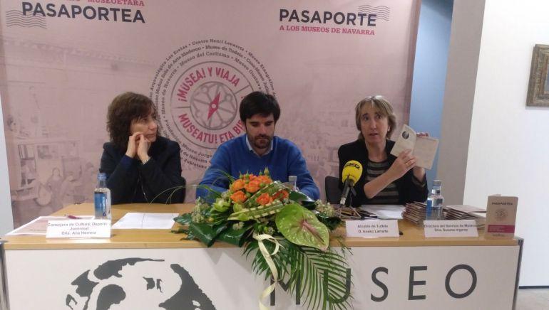 La consejera de cultura Ana Herrera, el alcalde de Tudela Eneko Larrarte y la directora del servicio de museos Susana Irigaray