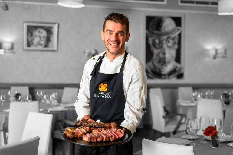 Hector López con un plato de carne de buey en el Restaurante España de Lugo