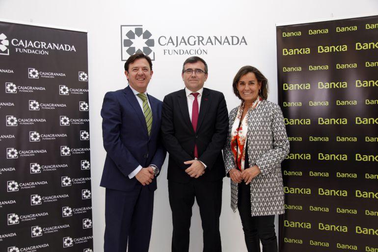 El director territorial de Bankia en Andalucía, Joaquín Holgado; el presidente de CajaGRANADA Fundación, José Antonio Montilla, y la  directora general adjunta de Comunicación de Bankia, Amalia Blanco
