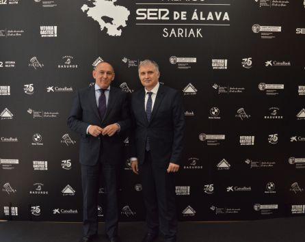 El diputado General de Alava, Ramiro González, junto al director de SER Vitoria, José Luis Martín.