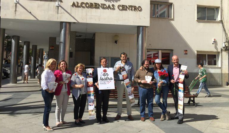 Alcalde y concejales han repartido en la Plaza del Pueblo claveles rojos y programas de mano con lo más destacado de las Fiestas de San Isidro 2018
