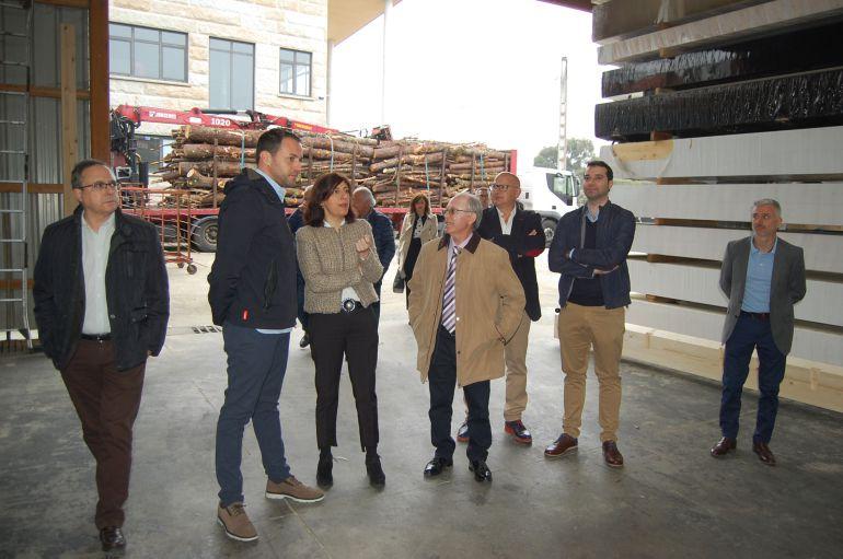 Rubén Estévez, de Maderas Ruben, amósalle á conselleira de Medio Rural, Ángeles Vázquez, as instalacións da empresa.