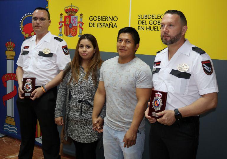 Dos vigilantes de seguridad salvan la vida a un bebé de 20 meses