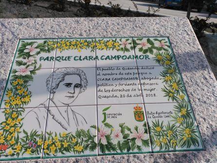 La placa que recuerda a la sufragista Clara Campoamor en el parque de Quesada