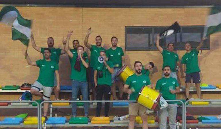 Aficionados del Úbeda Viva animan durante un partido en el San Miguel